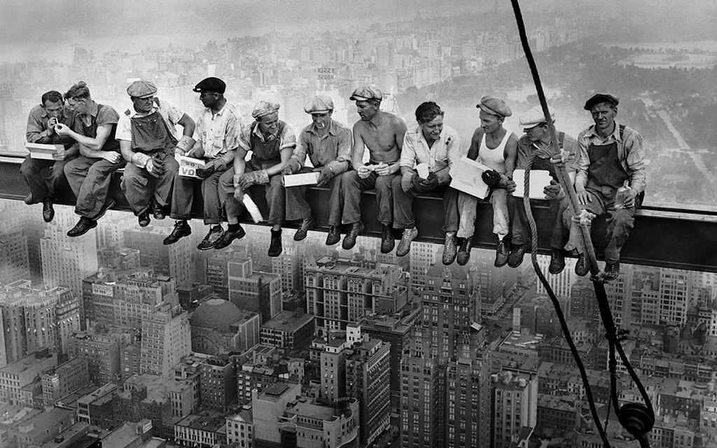 Trabalhadores em uma construção tradicional