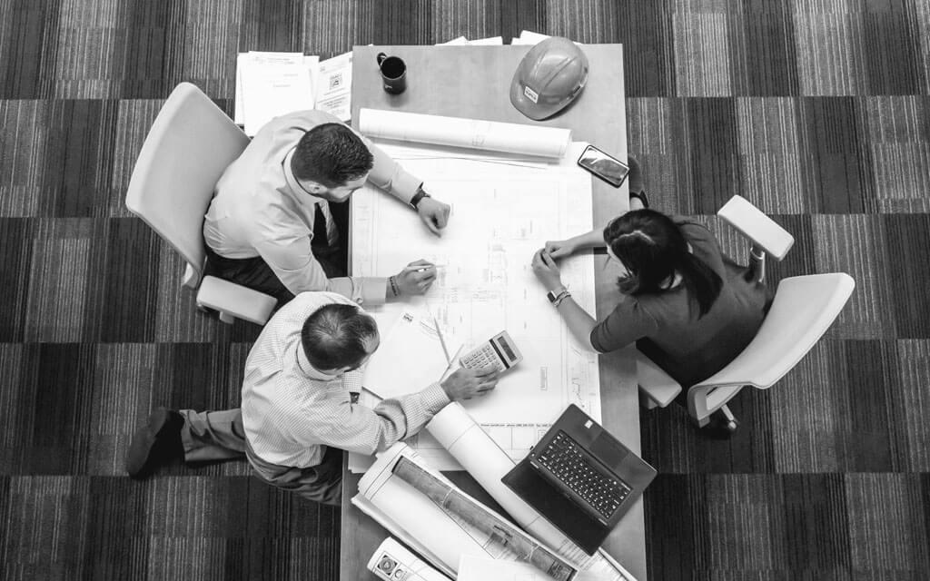 Arquitetos reunidos, projetando