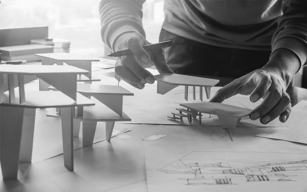Arquiteto usando maquetes na hora de projetar