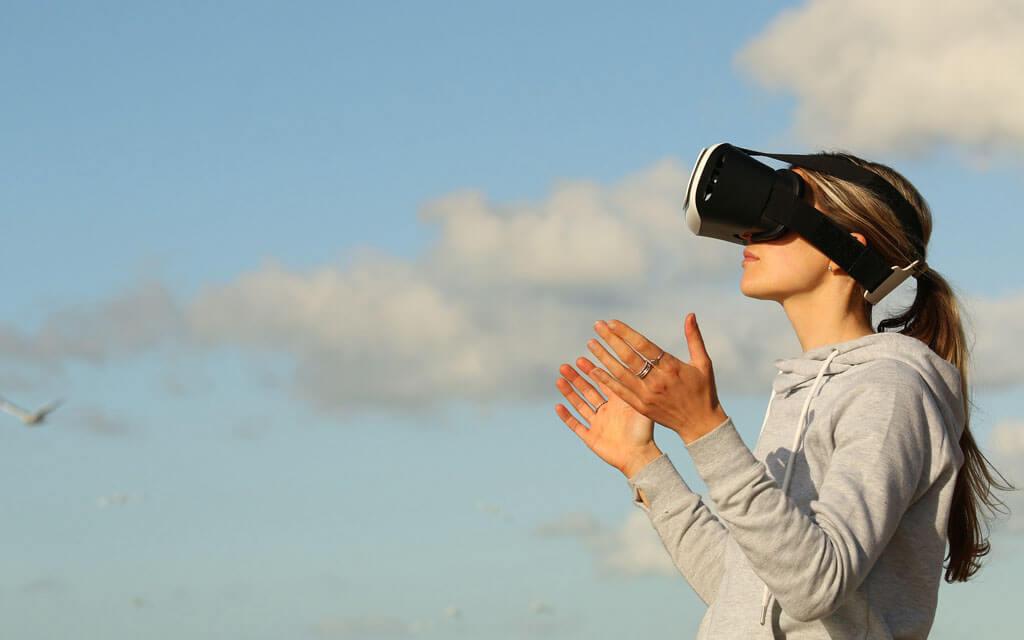 Mulher experimentando óculos de realidade virtual