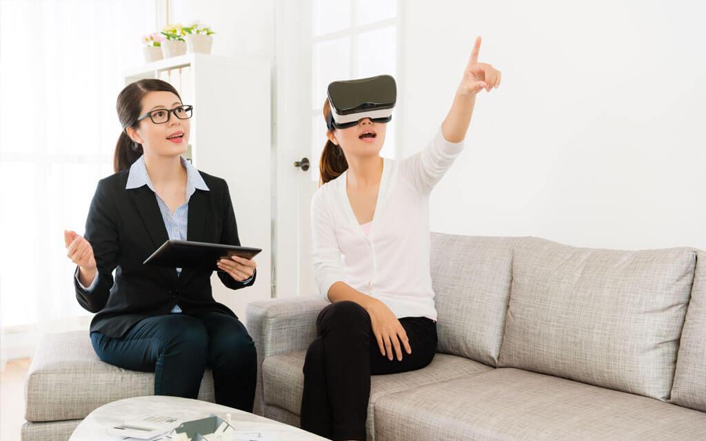 Mulher interagindo com o espaço através da realidade virtual