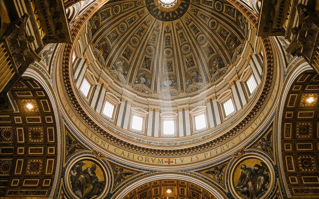 A robustez do interior de uma igreja