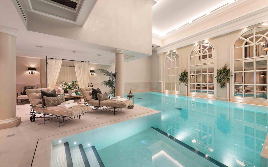 luxuosa piscina construída em bunker subterrâneo
