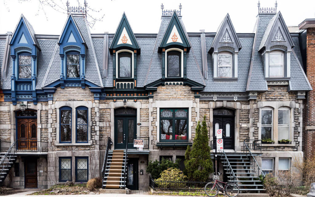 As escadas vazadas das casas em Montreal são dessa forma por causa da legislação na arquitetura
